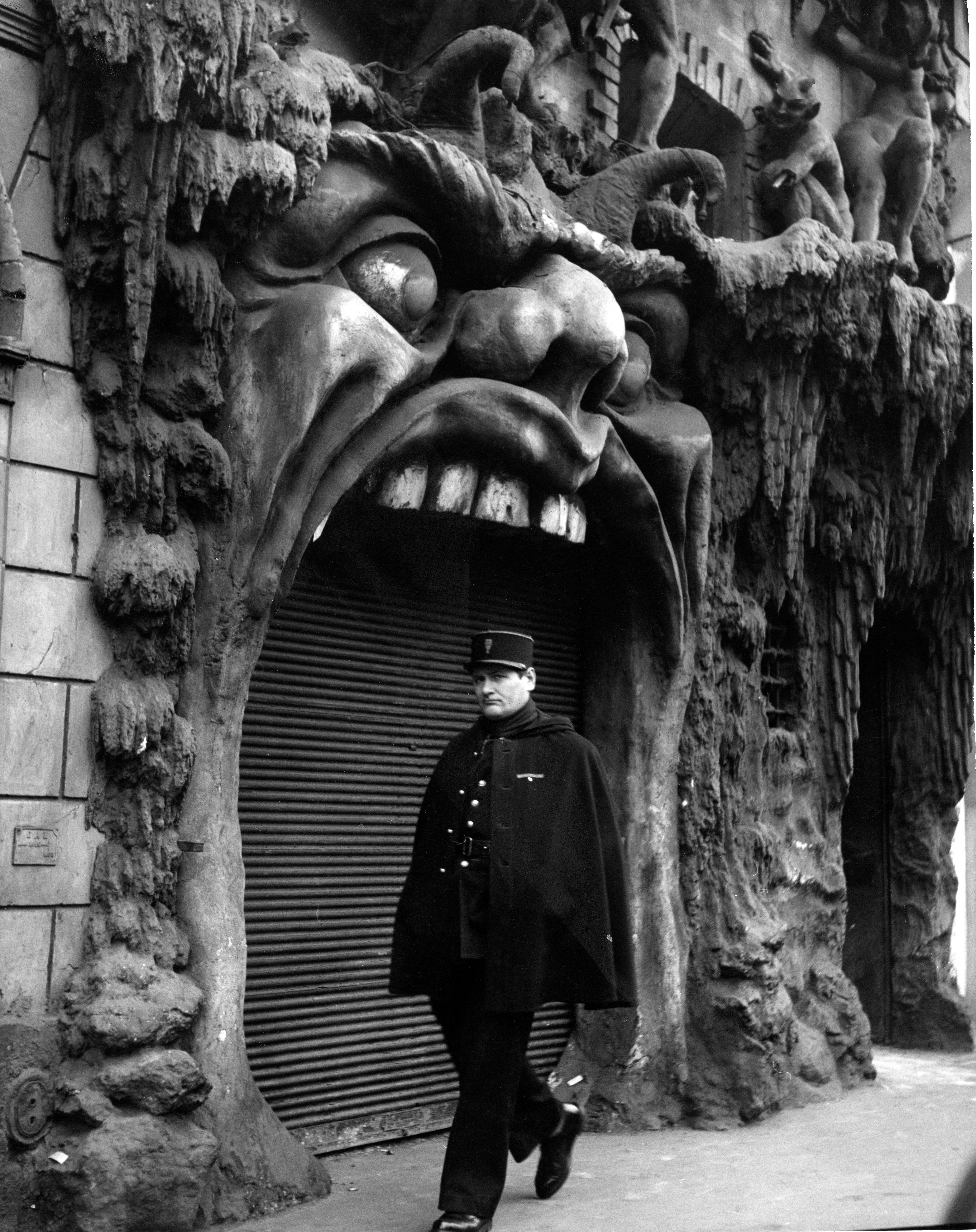 """Robert DOISNEAU """"L'enfer, Paris 1952"""" © Atelier Robert Doisneau"""